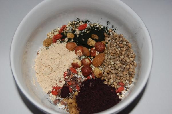 Das Superfood Müsli mit Spirulina, dazu Matcha Tee und Gemüsesaft