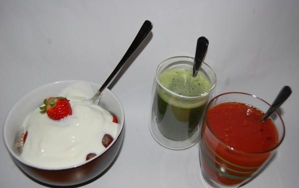 Das Superfood Müsli, dazu Matcha und Gemüsesaft