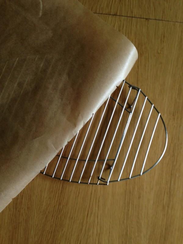 küchenrost mit Backpapier