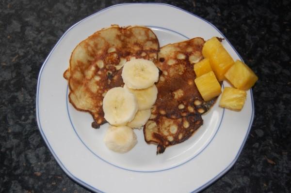 Pfannkuchen ohne Weizenmehl, mit frischem Obst serviert