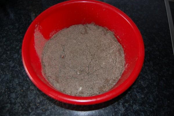 Chia Mehlmischung in das Essigwasser schütten