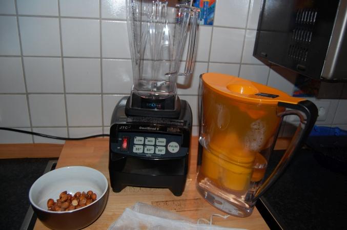 Mir machen Mandelmilch selbst im Mixer