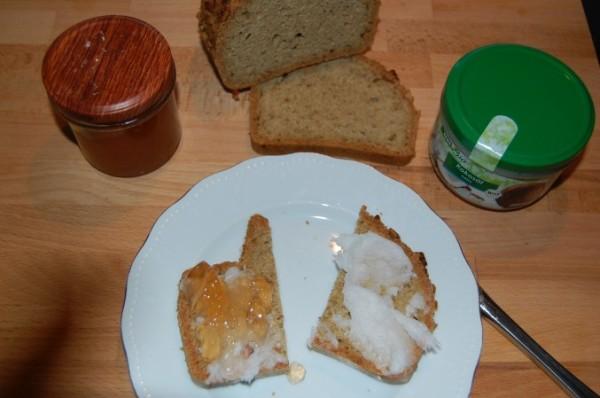 Paleo Brot mit selbstgemachter Marmelade oder Kokosöl