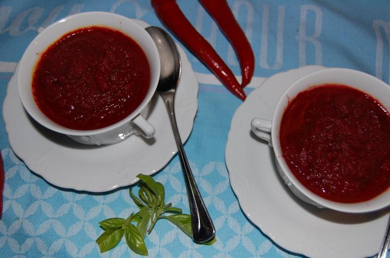 Eine frische Rote Bete Suppe aus dem Mixer