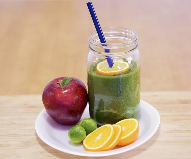 Grüne Smoothies mit Apfel, Orange und Rosenkohl