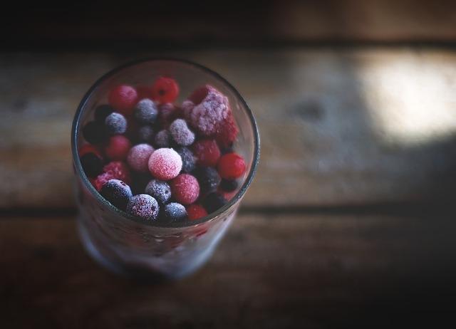 Obst und Gemüse aus der Tiefkühltruhe für grüne Smoothies