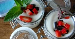 leckerer selbstgemachter Joghurt in kleinen Einweckgläsern serviert