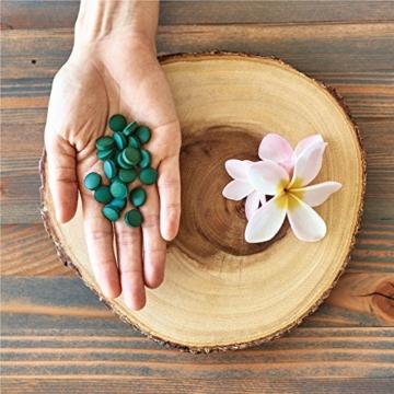 Hawaiian Spirulina in Hand auf Teller